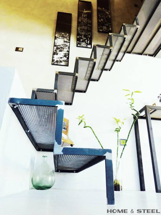 Escaliers en fer brut et tôle perforée: Salon de style de style Industriel par Home And Steel