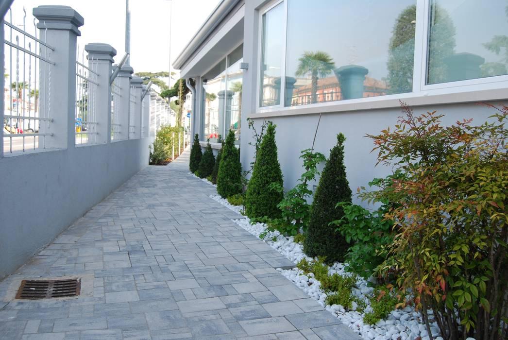 Сад в стиле модерн от Lugo - Architettura del Paesaggio e Progettazione Giardini Модерн