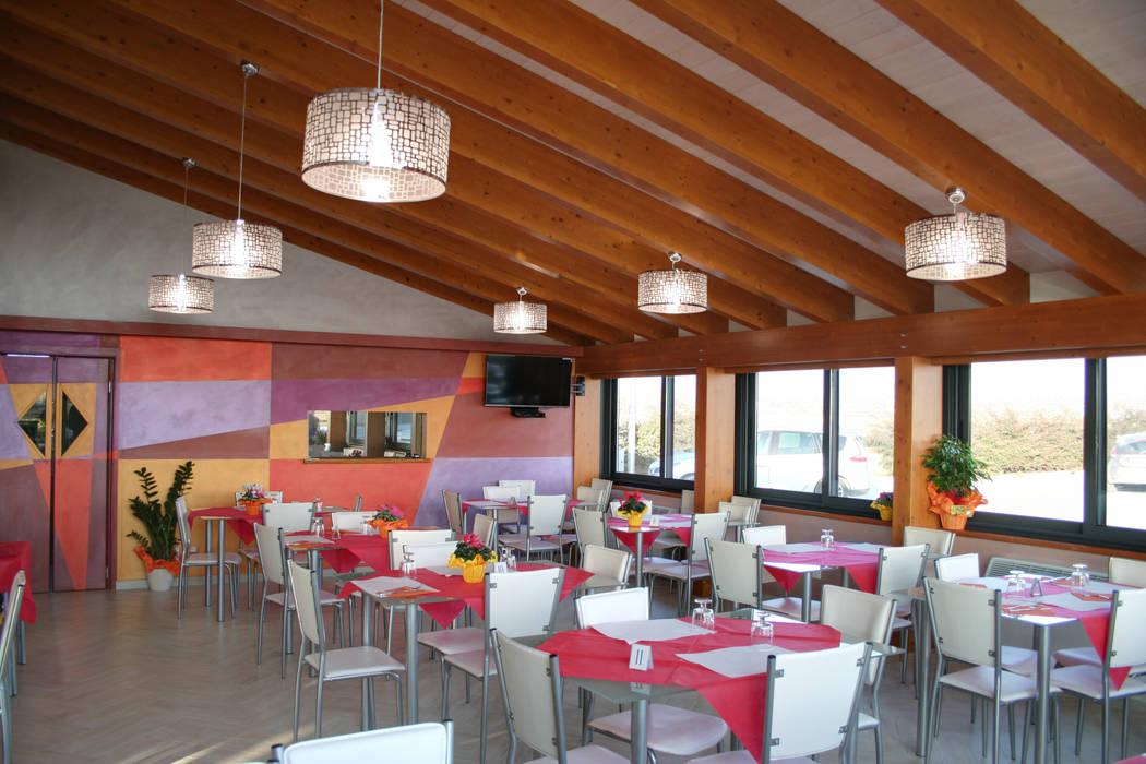 sala bar ristoro: Sala da pranzo in stile in stile Moderno di PARIS PASCUCCI ARCHITETTI