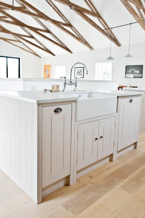 IP13 Kitchen by British Standard British Standard by Plain English Cocinas de estilo clásico Madera Gris