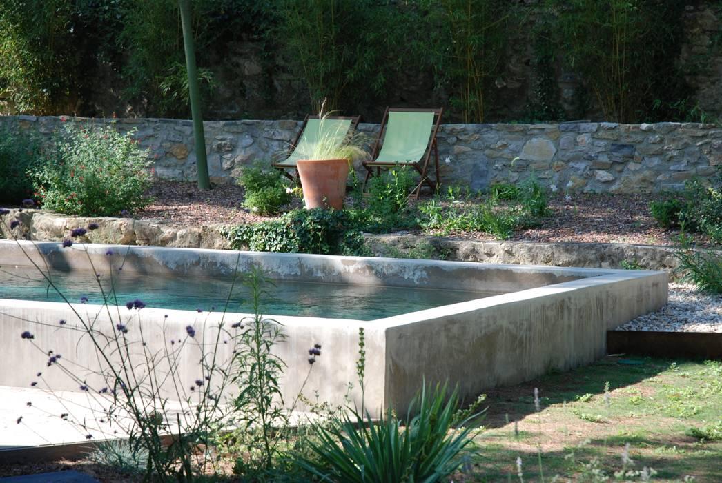Une piscine semi-enterrée: Piscines  de style  par JARDIN GECKO