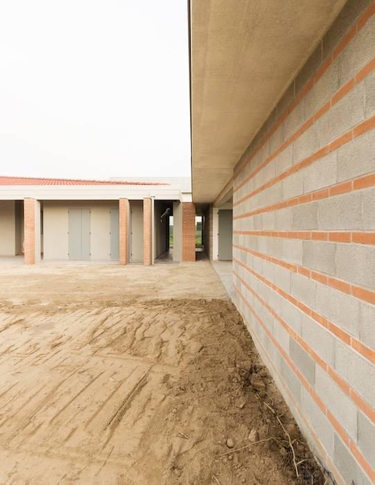 casa prefabbricata ferrara: Case in stile in stile Classico di CasaAttiva