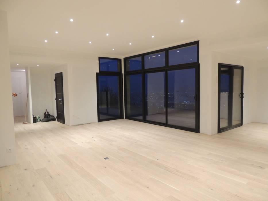 Salon avec parquet en bois d'une moison contemporaine atypique en bois et acier: Salon de style  par Concept Creation