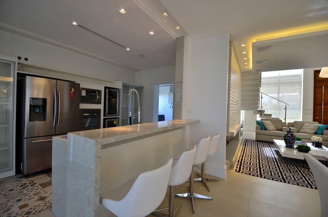 Modern kitchen by Biazus Arquitetura e Design Modern
