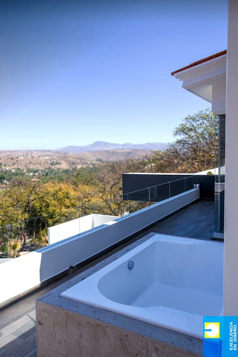 terraza con jacuzzi: Terrazas de estilo  por Excelencia en Diseño