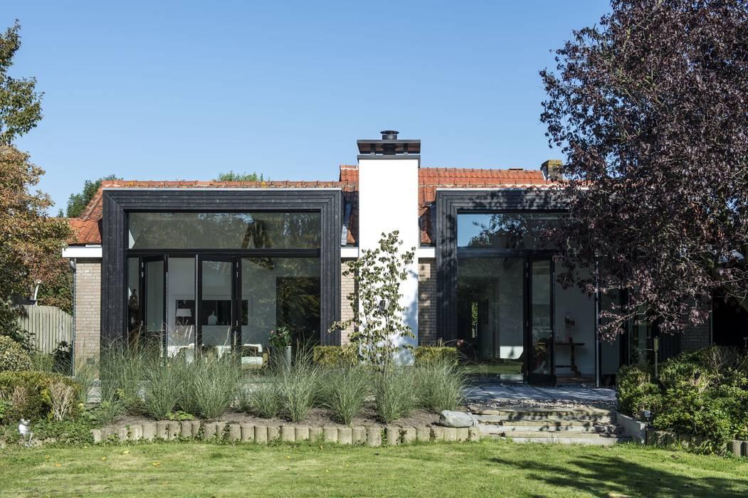 Verrassende uitbouw achter traditionele gevel:  Huizen door ENZO architectuur & interieur, Industrieel