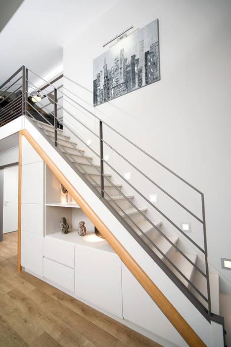 Réhabilitation intérieure et extérieure d'un appartement à la Croix-Rousse (Lyon) : Couloir et hall d'entrée de style  par réHome