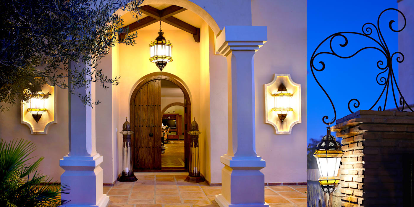 Entrada con iluminación por faroles Puertas y ventanas de estilo mediterráneo de Decoración Andalusí Mediterráneo Madera maciza Multicolor