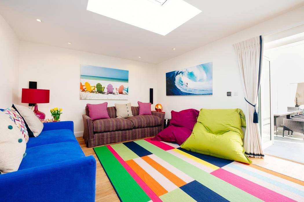 Ruang Multimedia oleh Perfect Stays, Modern