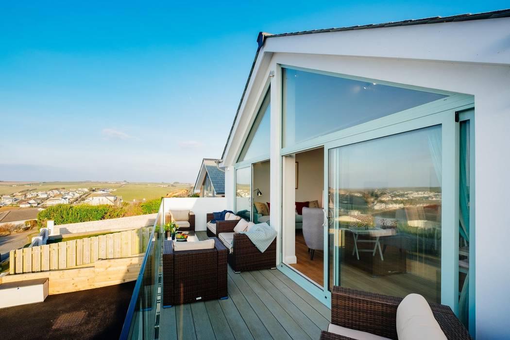 Front Balcony Balkon, Beranda & Teras Modern Oleh Perfect Stays Modern