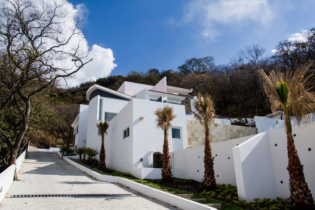 fachada lateral de ingreso: Casas de estilo minimalista por Excelencia en Diseño