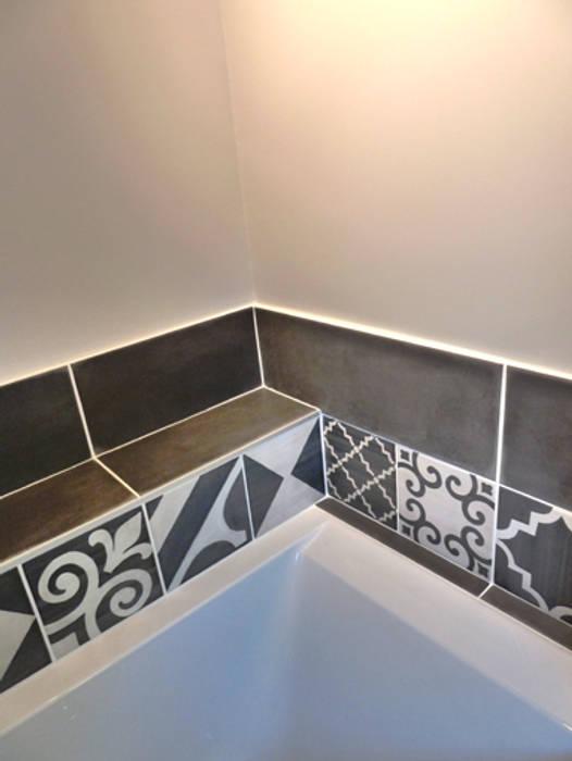détail de la baignoire: Salle de bains de style  par Lydie Gatignol