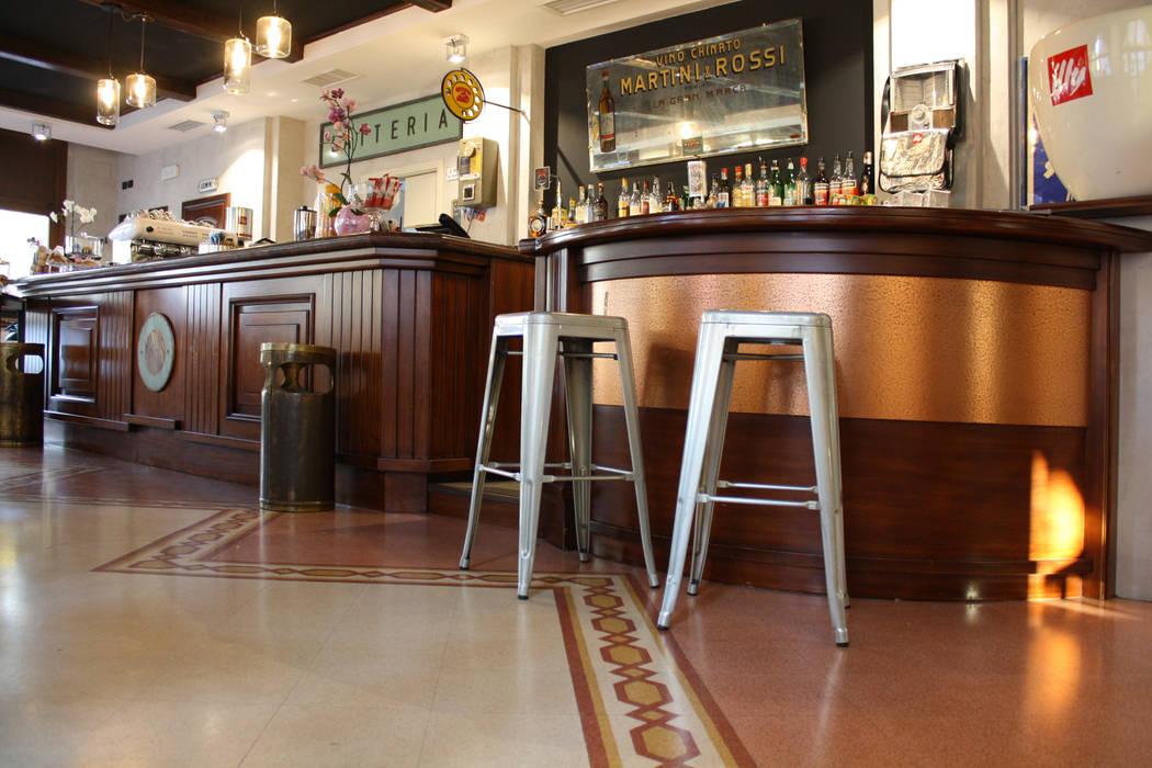 Banco con la fila di sgabelli bar fotografie stock freeimages