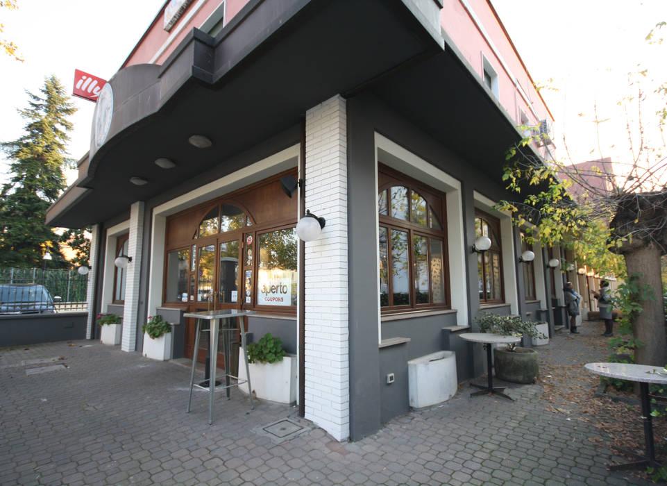 Vista dell'esterno : Bar & Club in stile  di Shop Relooking