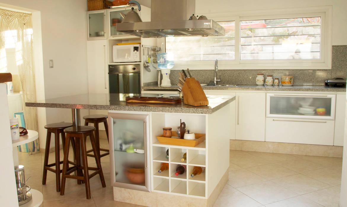 Casa Lago Cocinas de estilo moderno de renziravelo Moderno