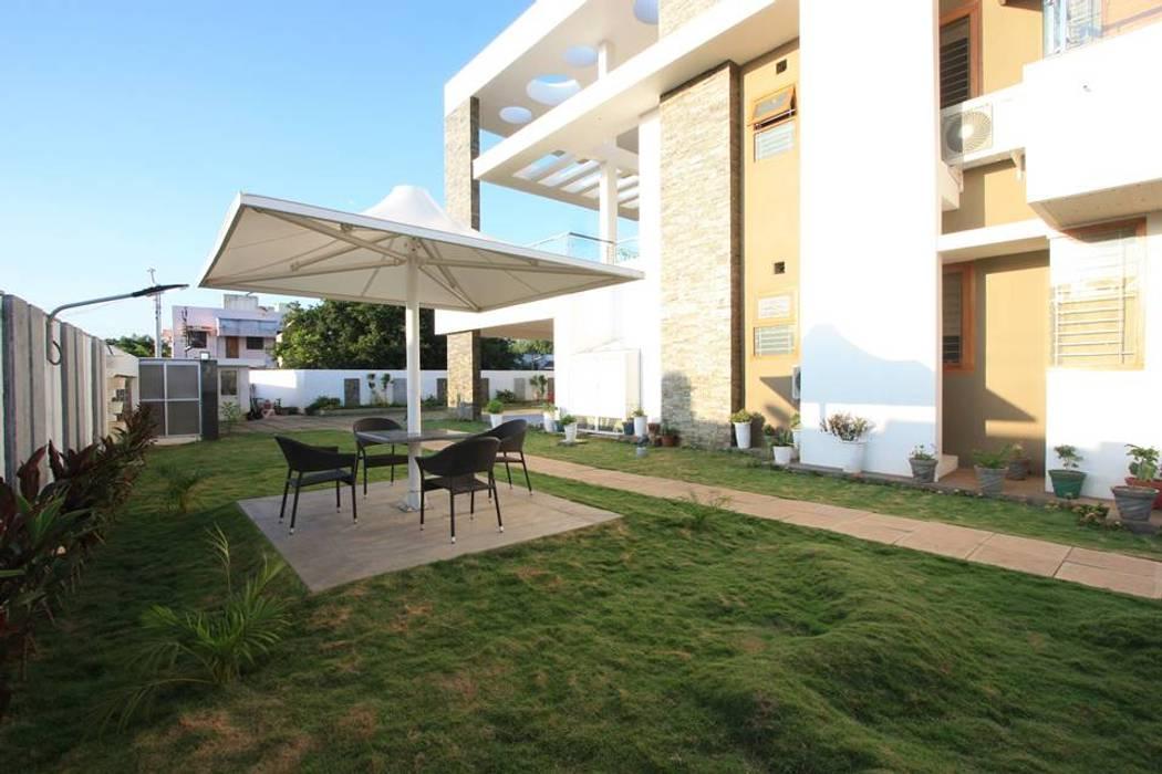 Garden Patio: modern Garden by Ansari Architects