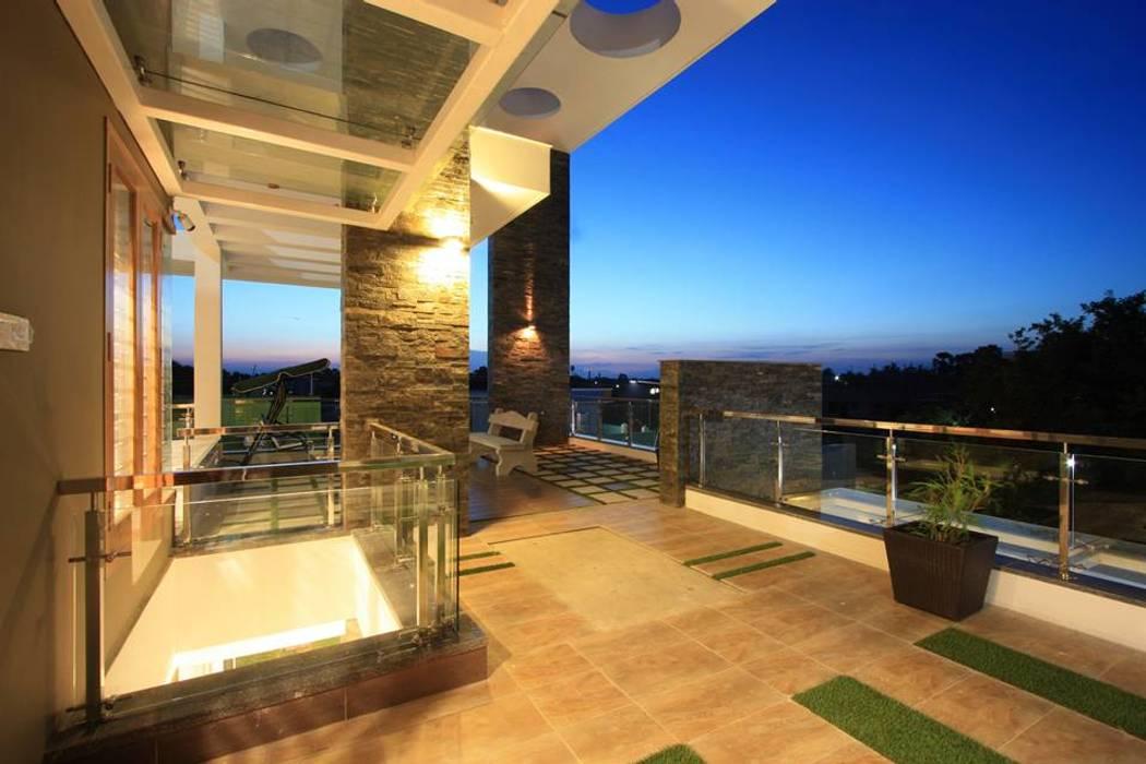 Landscaped Balcony:  Terrace by Ansari Architects