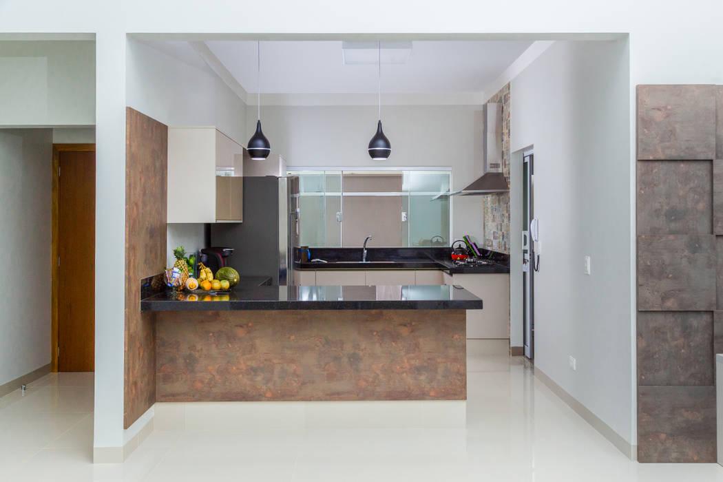 Modern kitchen by ADRIANA MELLO ARQUITETURA Modern