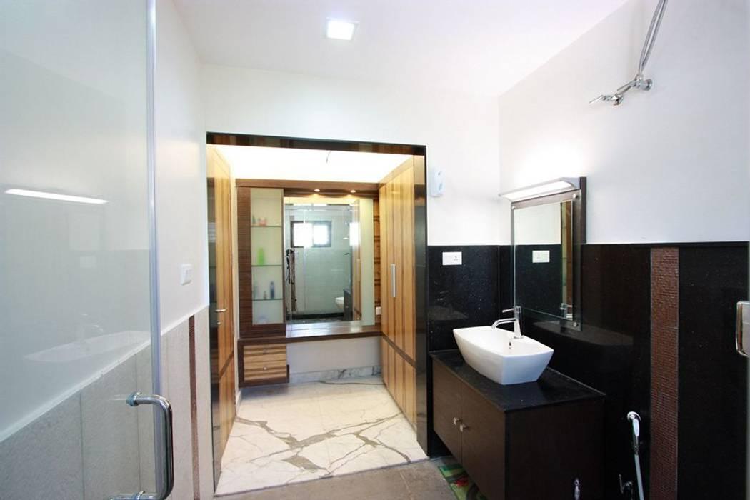 Toilet : modern Bathroom by Ansari Architects
