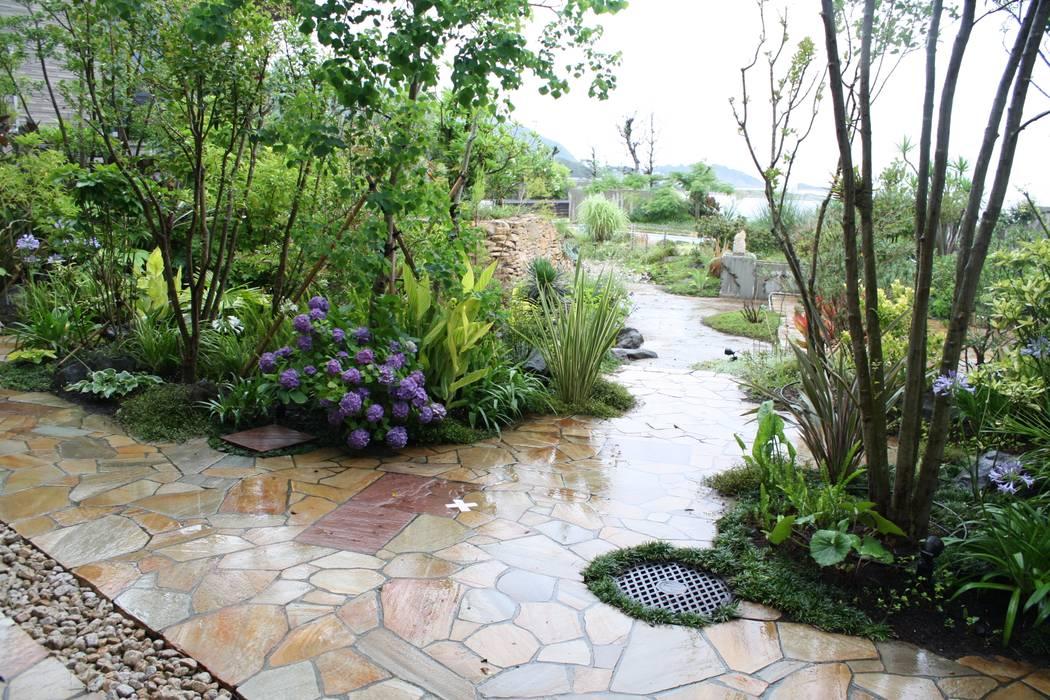 Jardines de estilo  por 庭のクニフジ, Moderno