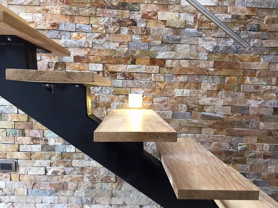 Detalles de escaleras con peldaños flotantes en madera Pasillos, vestíbulos y escaleras de estilo moderno de ALSE Taller de Arquitectura y Diseño Moderno