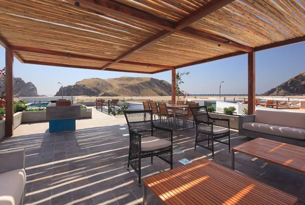 Casa Maple Balcones y terrazas de estilo moderno de Martin Dulanto Moderno