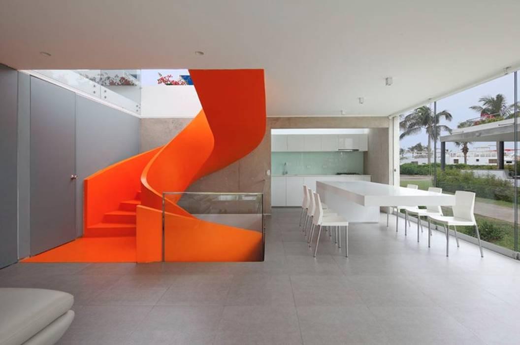 Casa Blanca モダンスタイルの 玄関&廊下&階段 の Martin Dulanto モダン