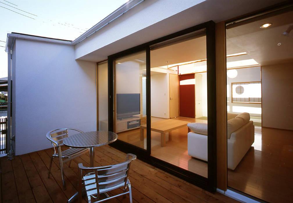 フラットハウス Balcones y terrazas de estilo moderno de 株式会社横山浩介建築設計事務所 Moderno