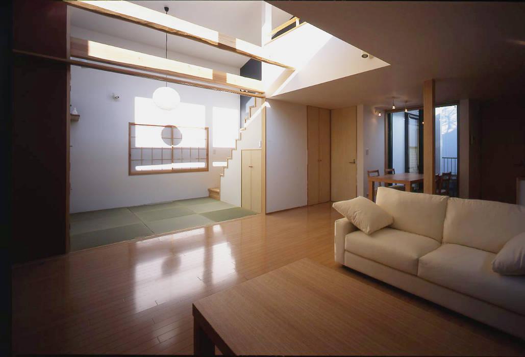 フラットハウス Salones de estilo moderno de 株式会社横山浩介建築設計事務所 Moderno