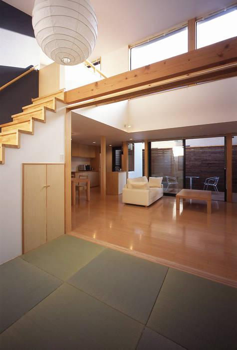 フラットハウス Pasillos, vestíbulos y escaleras de estilo moderno de 株式会社横山浩介建築設計事務所 Moderno