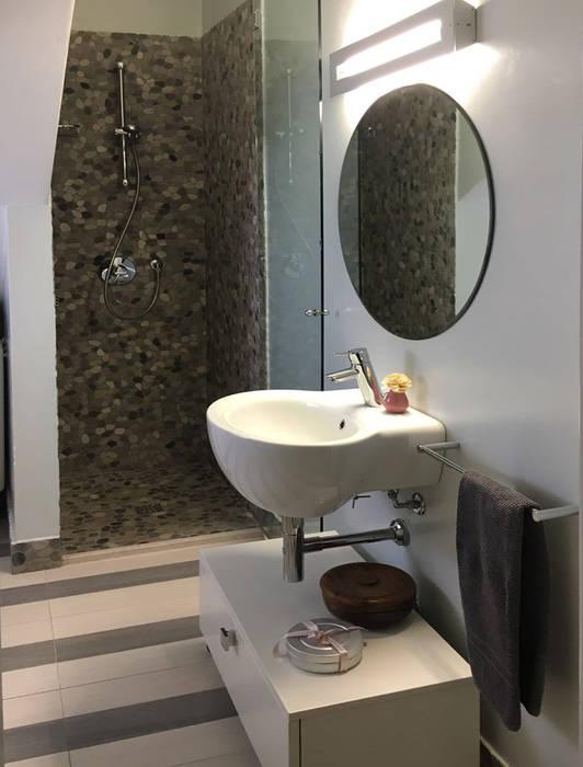 bagno ospiti: Bagno in stile in stile Moderno di bilune studio