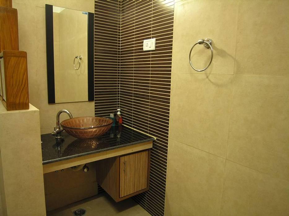 Toilet:  Bathroom by Ansari Architects