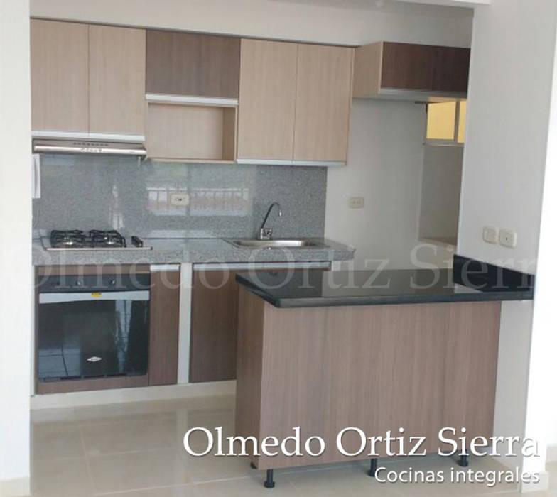 Cocina Integral Con Isla: Casas de estilo  por Cocinas Integrales Olmedo Ortiz Sierra, Moderno Derivados de madera Transparente