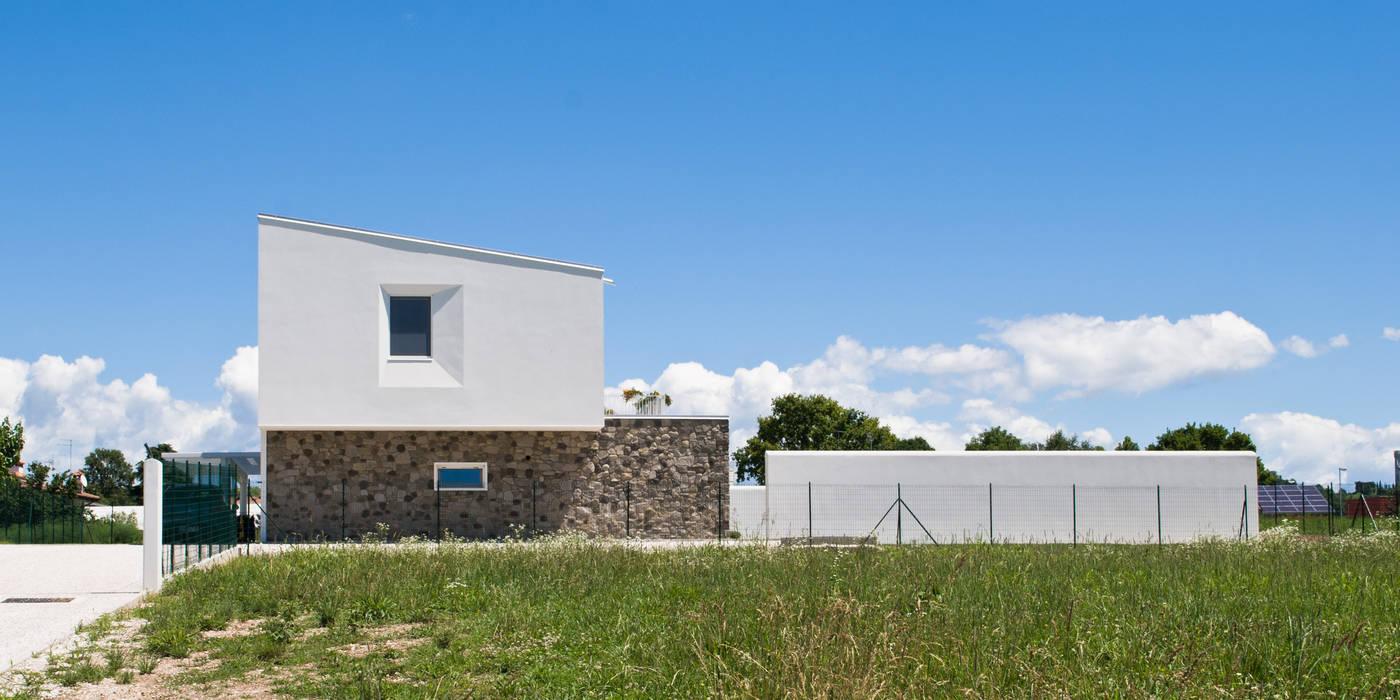 Vista esterna dall'accesso: Case in stile in stile Moderno di Margherita Mattiussi architetto