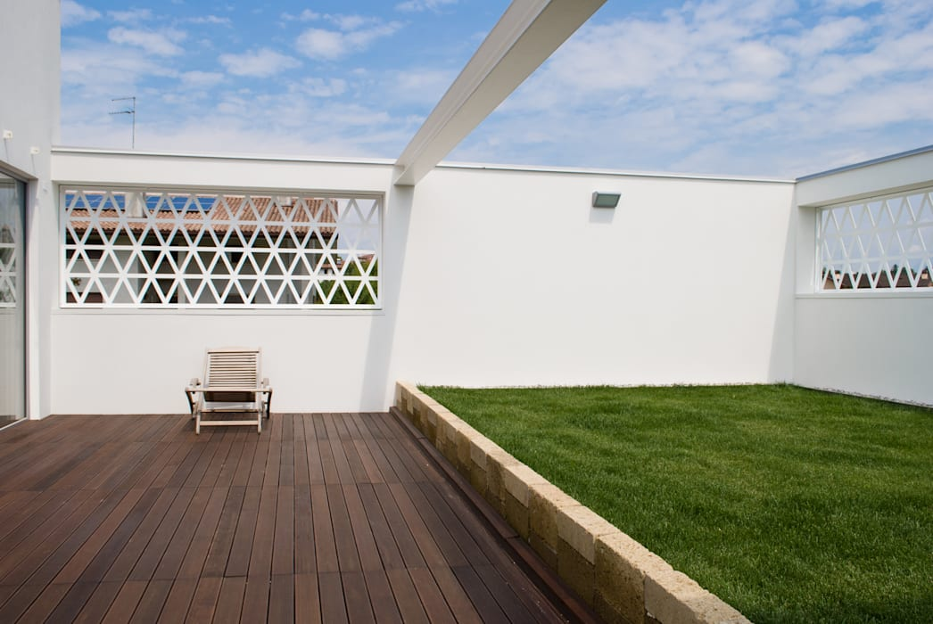 La terrazza diventa un giardino in quota: Terrazza in stile  di Margherita Mattiussi architetto