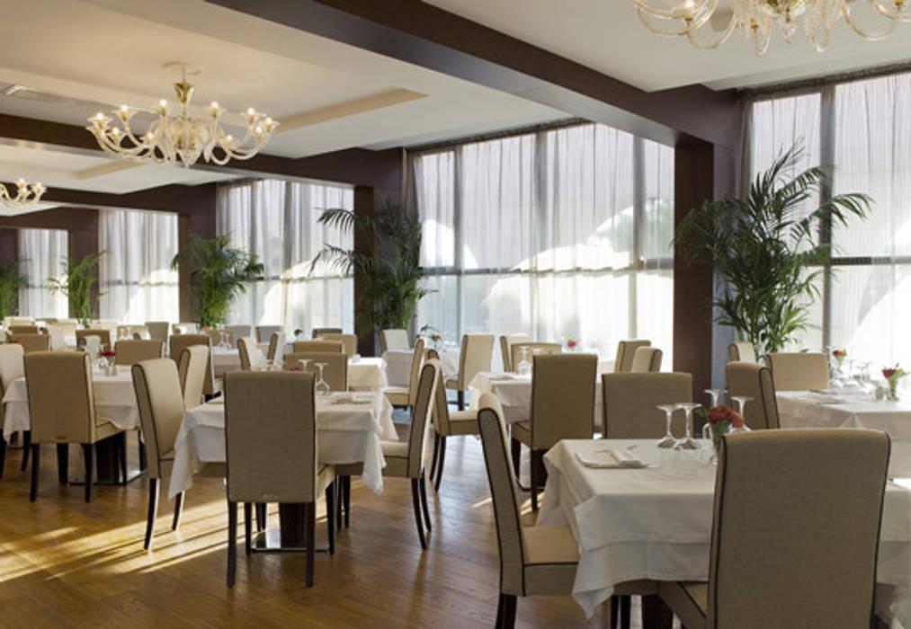 RISTORANTE: Hotel in stile  di Style&Design