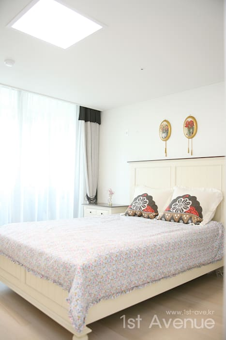 세련된 와인컬러 포인트 인테리어와 싱그러운 아이공부방 구경하기: 퍼스트애비뉴의  침실,