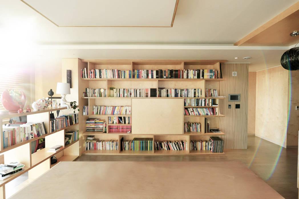 청라반도보라 2차 (Chunglabanbobora 2nd) Salones de estilo moderno de 진플랜 Moderno