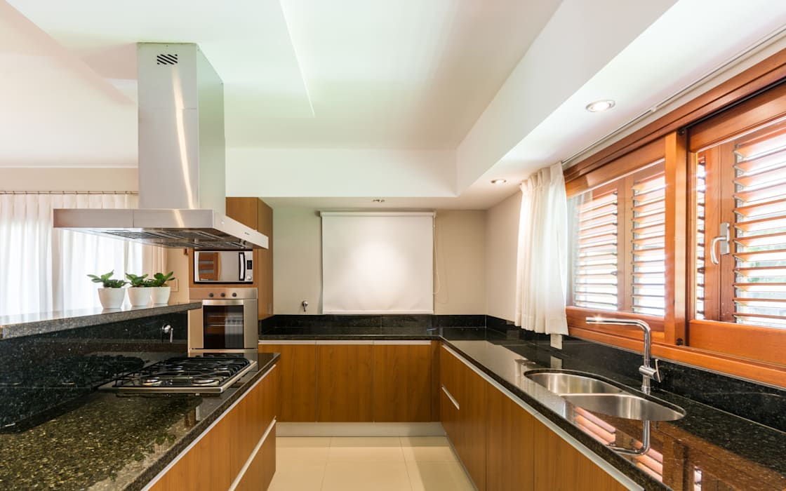 KARLEN + CLEMENTE ARQUITECTOS Modern kitchen Granite Black