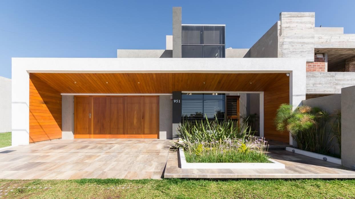 Modern Houses by KARLEN + CLEMENTE ARQUITECTOS Modern Wood Wood effect