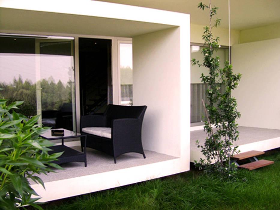 Jardim/Terraço traseiro: Casas  por Construções Couto Monteiro