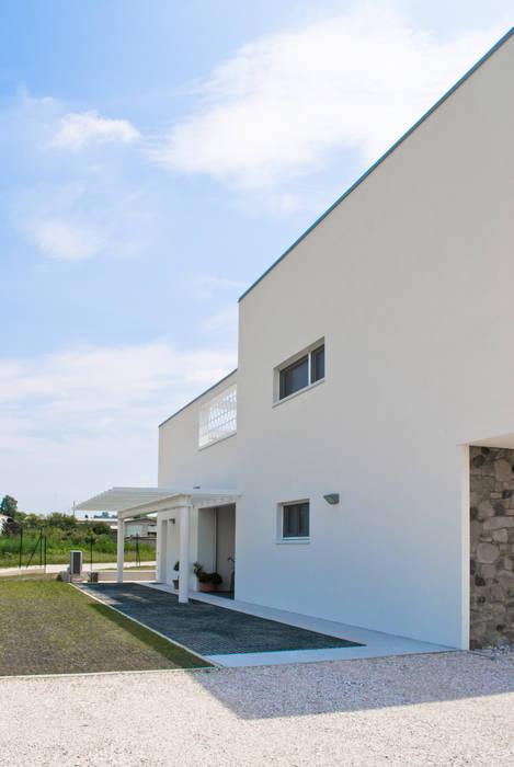 Fronte Nord: Case in stile in stile Moderno di Margherita Mattiussi architetto