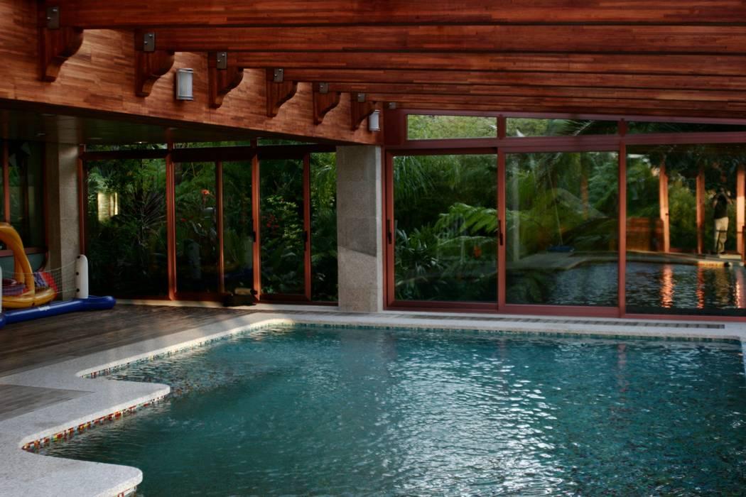 JARDIN DOMESTICO EN CANIDO 2006 Jardines de estilo tropical de RUTH GUNDÍN VILLAR Tropical