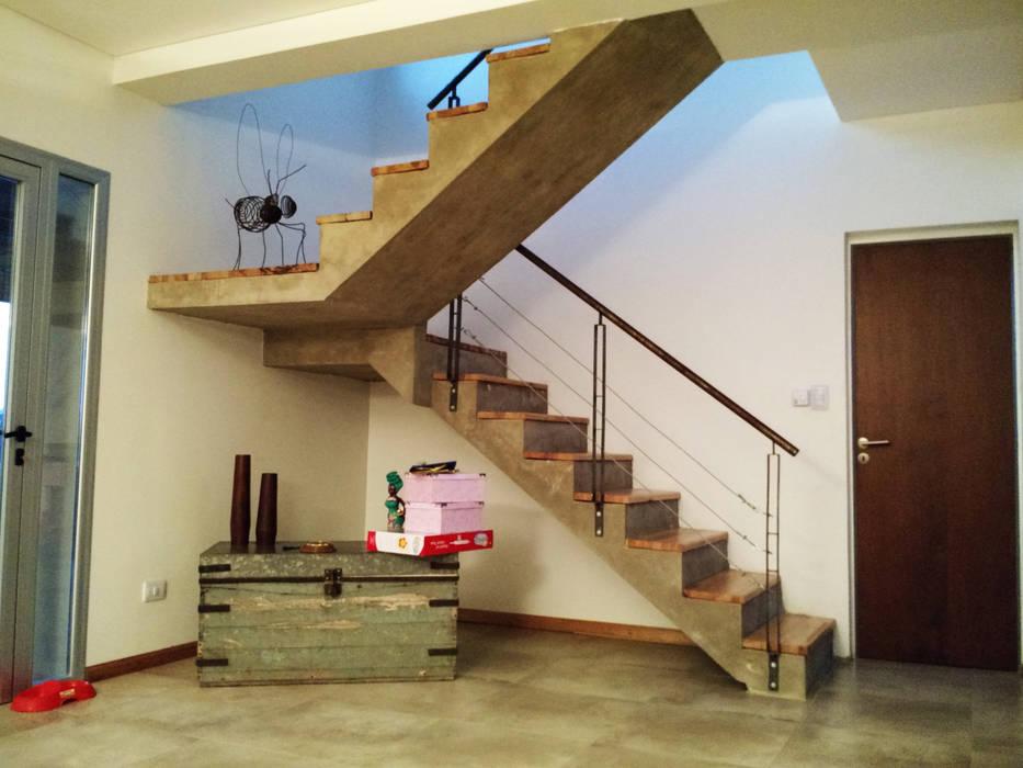 Pasillos, vestíbulos y escaleras de estilo moderno de Erb Santiago Moderno