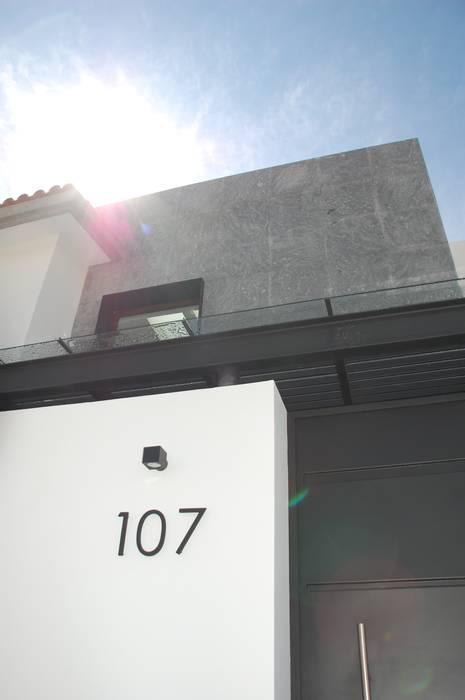 Acceso principal: Casas de estilo minimalista por iarkitektura
