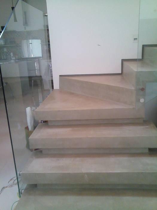 Margareth Salles 現代風玄關、走廊與階梯 水泥 Grey