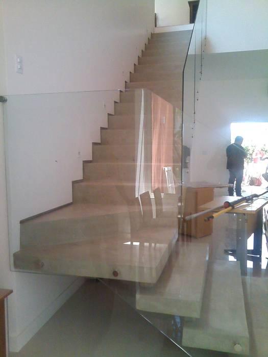 escada Margareth Salles Corredores, halls e escadas modernos