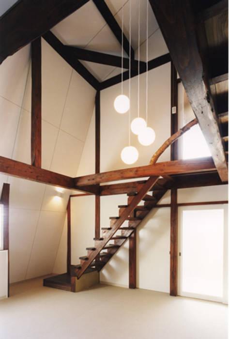 白馬の山小屋〈renovation〉-愛すべきセカンドハウス-: atelier mが手掛けた廊下 & 玄関です。