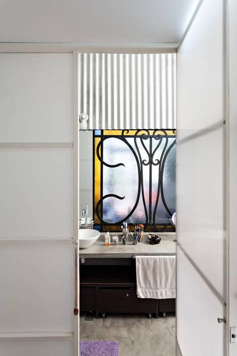 Galpón Lola: Baños de estilo  por Pop Arq