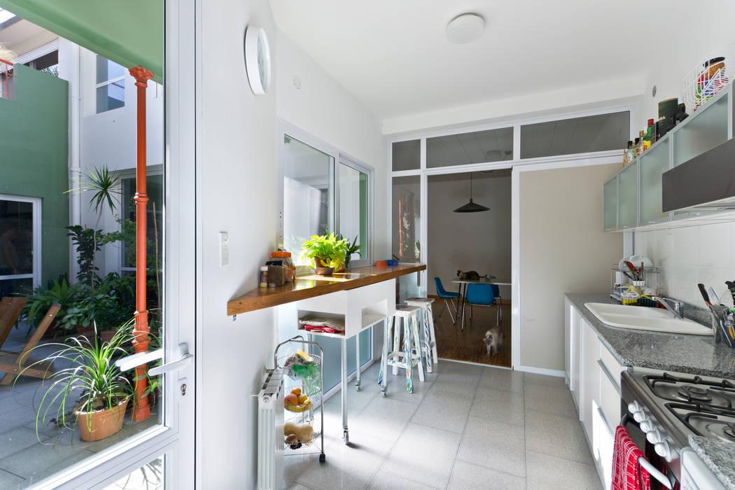 Nhà bếp phong cách tối giản bởi Pop Arq Tối giản